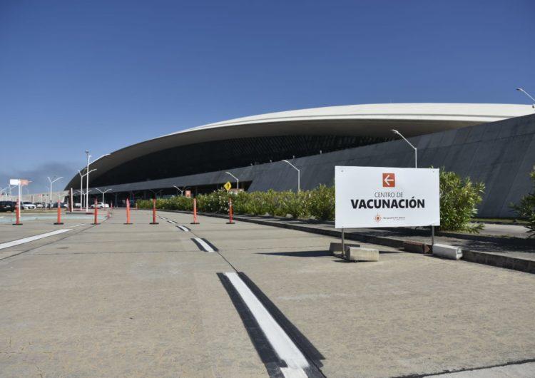 Uruguay: Abre el primer vacunatorio con acceso exclusivo en automóvil en el Aeropuerto de Carrasco