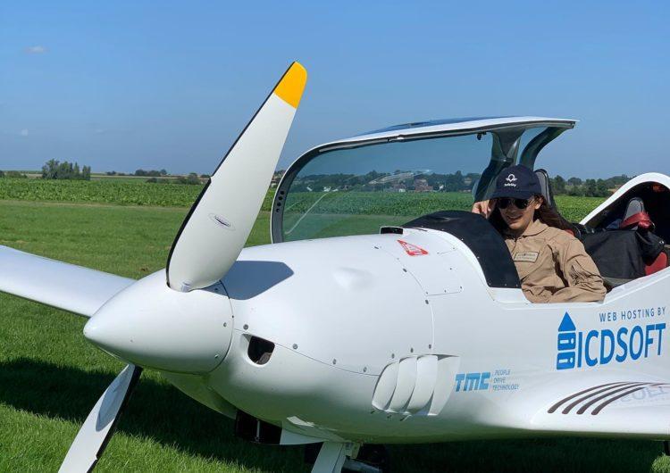 Será la piloto más joven en dar la vuelta al mundo