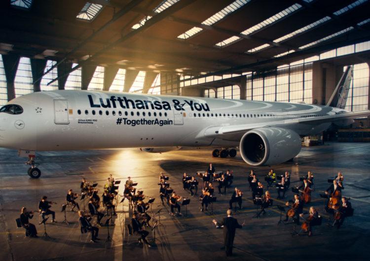 Anuncio de Lufthansa pone una orquesta frente de un A350