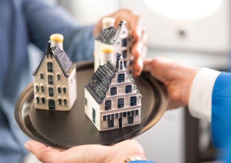 KLM cumple 102 años y presenta su nueva casa miniatura en cerámica de Delft